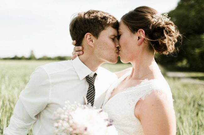 wedding-photographer-Ruth-Buchert-photoshooting-couple-kissing